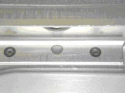 A hegesztett lemezek hátoldala (középen a plazmaívtechnológiával készült, 2 szélen az ellenállással hegesztett kötés)